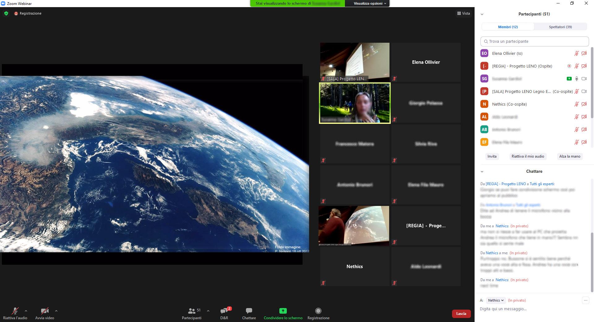 conferenziere parla online con proiezione al cinema del Teatro e condivisione diapositive agli uditori su webinar